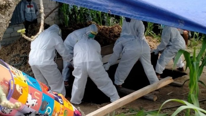 Suasana Pemakaman Jenazah berstatus Pasien Dalam Pengawasan (PDP) di Tolangohula.