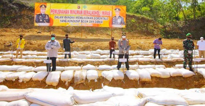 Pelaksanaan Kegiatan pemusnahan miras oleh Kapolda Gorontalo Brigjen Pol Dr.M. Adnas, M.Si, bersama Gubernur Gorontalo Rusli Habibie. (Foto : Istimewa)