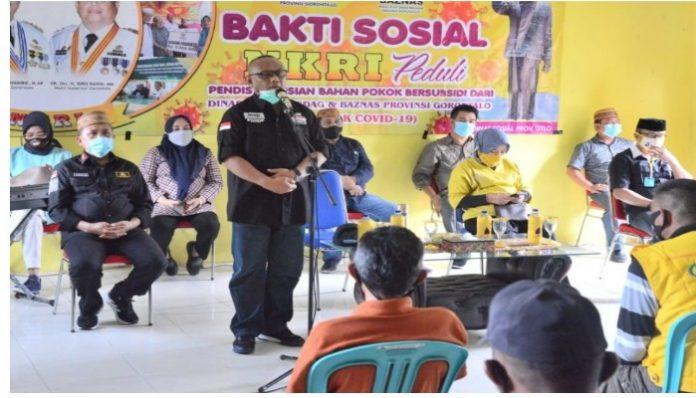 Gubernur Gorontalo Rusli Habibie saat memberikan sambutan pada kegiatan penyerahan bantuan Pangan Bersubsidi untuk 1.225 KPM bagi warga di Kecamatan Wonosari, Minggu (21/6/2020). (Foto: Salman)