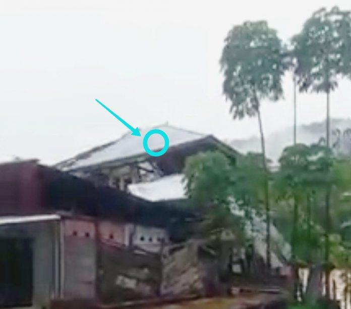 Detik-detik rumah hanyut di Tulabolo akibat luapan Sungai Bone. ( Foto : Screnshot)