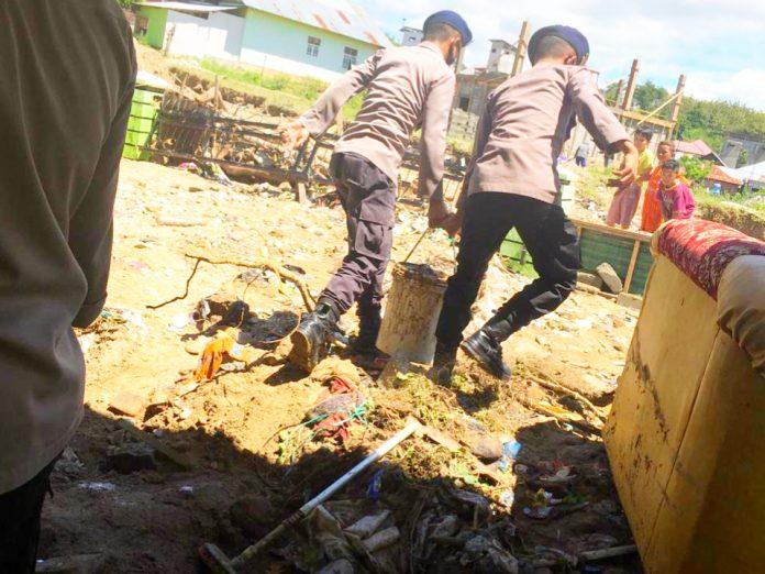 Tim SAR Ilato Brimob Gorontalo saat membersihkan material pasca banjir di kelurahan Tenilo Kota Barat, Provinsi Gorontalo. (Foto : Ilato Brimob)