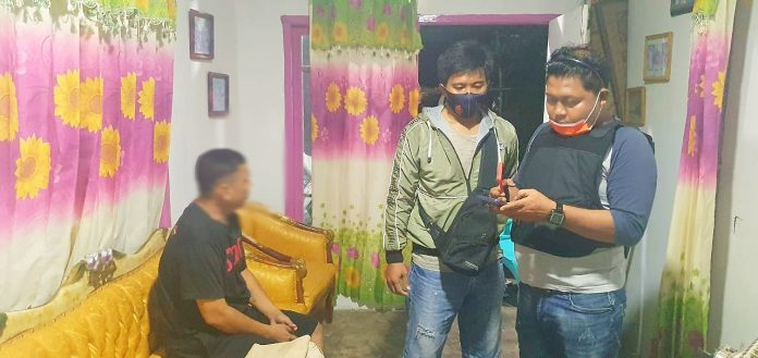 Tim Satuan Reskrim Polres Pohuwato saat berada dirumah tersangka. (Foto : Istimewa)